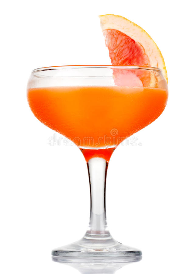 Orange alkoholcoctail med fruktskivan som isoleras på vit royaltyfria foton