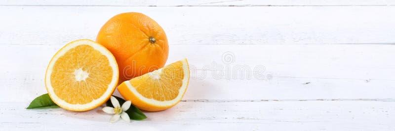 Orange apelsiner bär frukt fruktbanercopyspace på ett träbräde arkivfoto