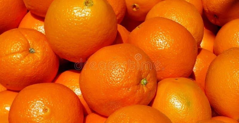 Orange apelsiner i en grupp Bakgrund arkivfoton