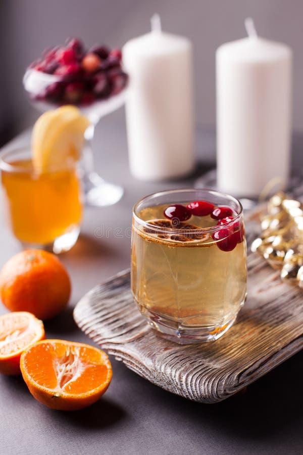 Orange Apfelwein des heißen Apfels mit Erwärmungsgetränk des Zimtgewürzs lizenzfreies stockfoto