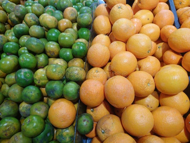 Orange auf dem Fruchtstall im Mall lizenzfreies stockfoto