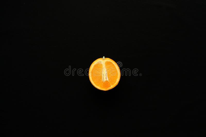 Orange auf dem schwarzen Hintergrund lizenzfreie stockfotos