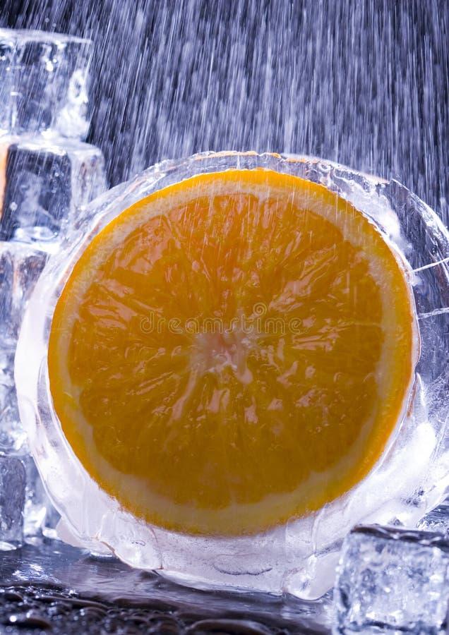 Orange avec des glaçons image libre de droits