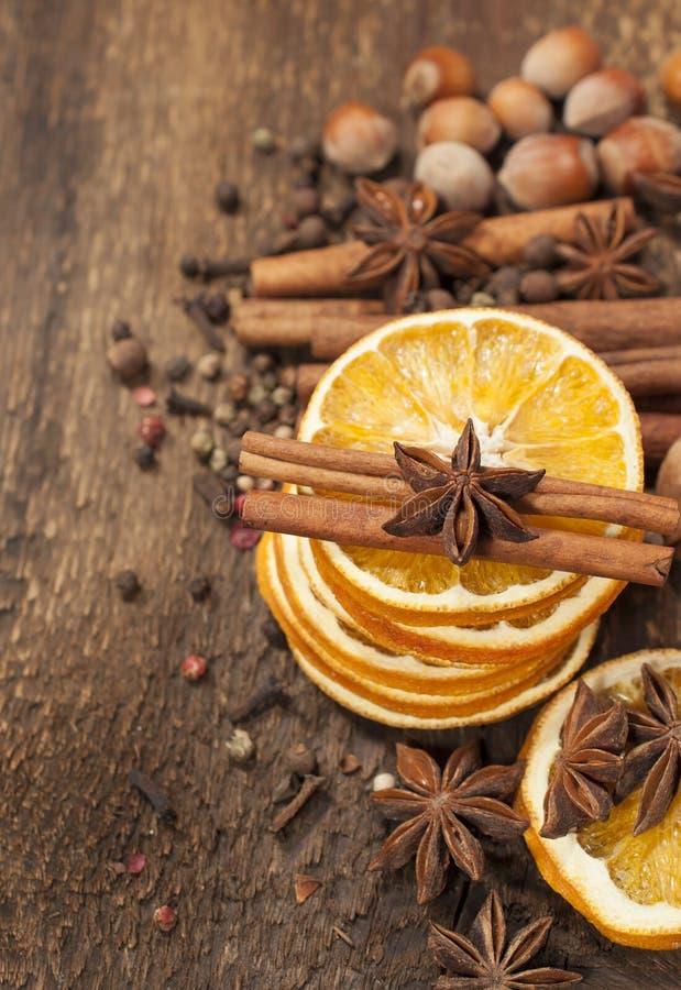 Orange, bâtons de cannelle et anis d'étoile secs photographie stock