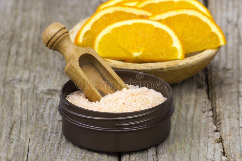 Orange Badesalz und frische Früchte lizenzfreies stockbild