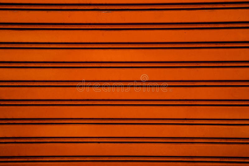 Orange bakgrund för dörr för stålrullslutare (garagedörr med H arkivbilder