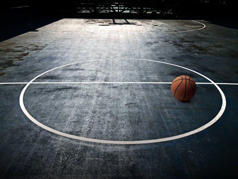 Orange basket på domstolen i bakgrund för golv för gymnastiksalsportkonkurrens arkivfoton
