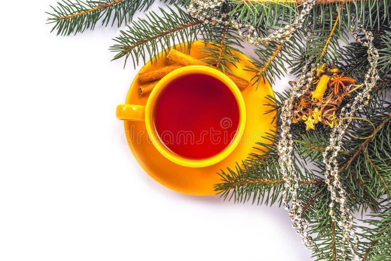 Orange Becher Tee auf einem Weihnachtshintergrund lizenzfreie stockbilder
