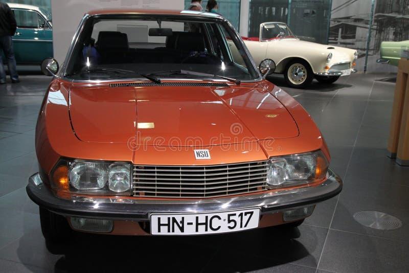 Orange bil för klassiker NSU arkivfoto