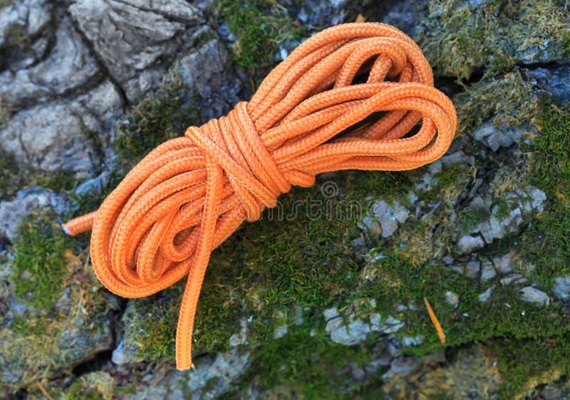 Orange bindande rep på stenen royaltyfri foto