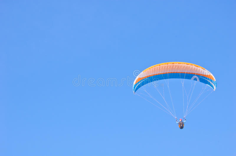 Download Orange Blauer Heller Gleitschirm Im Blauen Himmel Stockbild - Bild von fliege, blau: 96927375