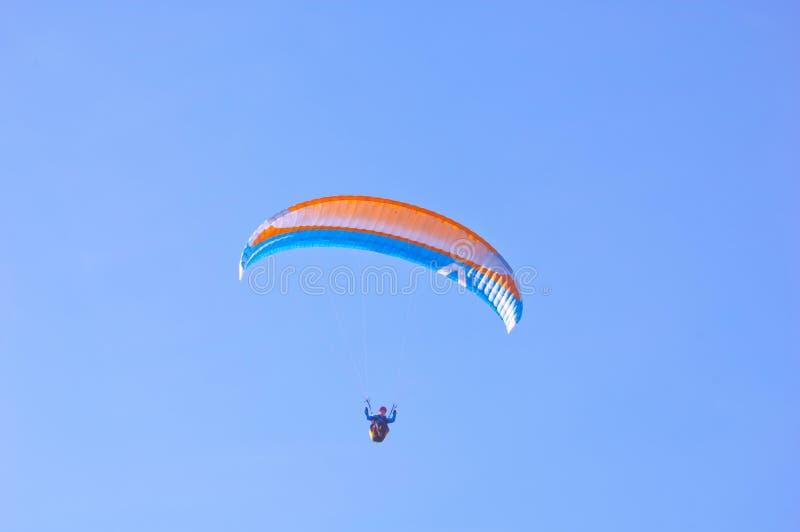 Download Orange Blauer Heller Gleitschirm Im Blauen Himmel Stockfoto - Bild von mann, orange: 96927404