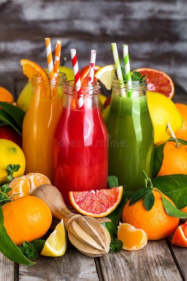 Orange, Blutorangesaft und Limonade stockbilder