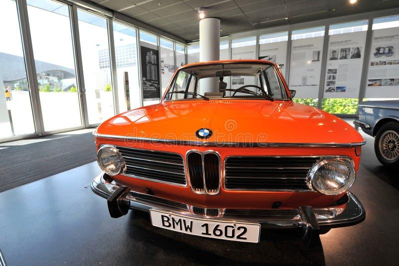 Orange BMW-Klassiker 3 Reihe auf Anzeige an BMW-Museum lizenzfreies stockbild