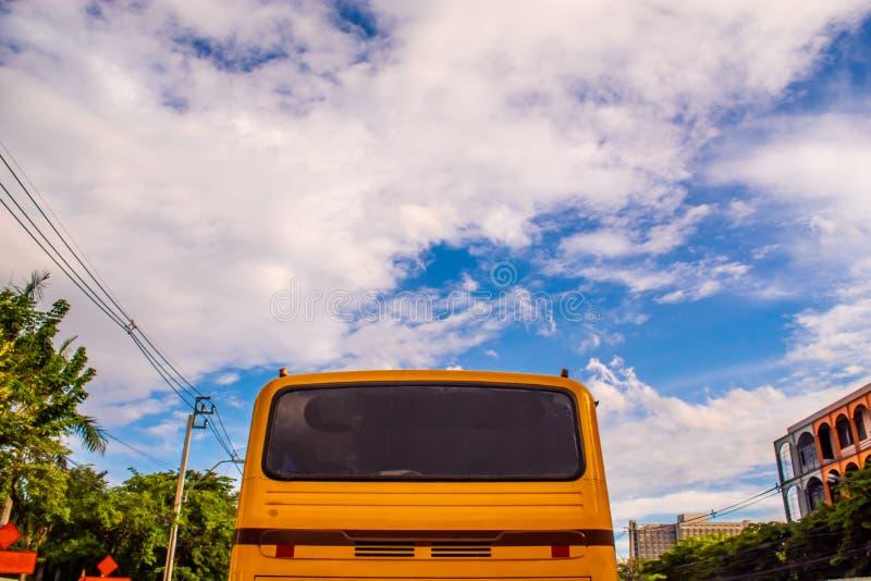 Orange Bus und heller blauer Himmel stockfotos