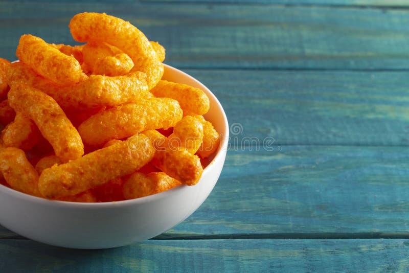 Orange Cheddar-Käse-Hauche auf einer hölzernen Tabelle lizenzfreie stockfotografie