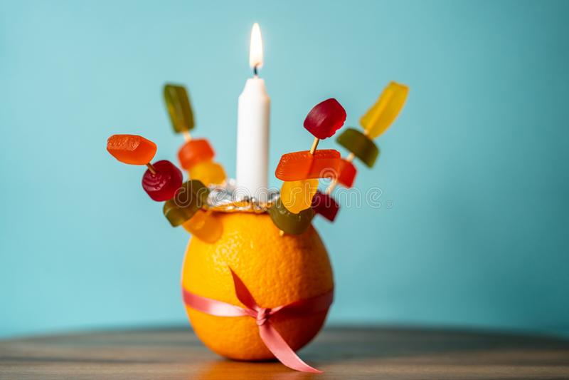 Orange Christingle is een symbolisch object dat wordt gebruikt in de diensten van Advent, Kerstmis en Epifany van vele christelij royalty-vrije stock foto