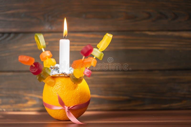 Orange Christingle is een symbolisch object dat wordt gebruikt in de diensten van Advent, Kerstmis en Epifany van vele christelij stock foto's