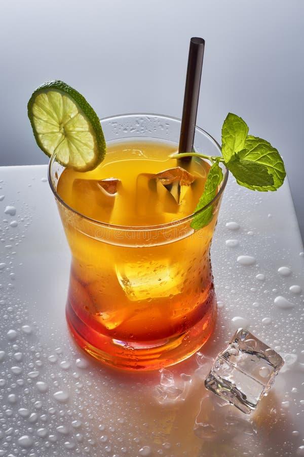 Orange Cocktail mit Kalk und Minze von oben lizenzfreies stockfoto