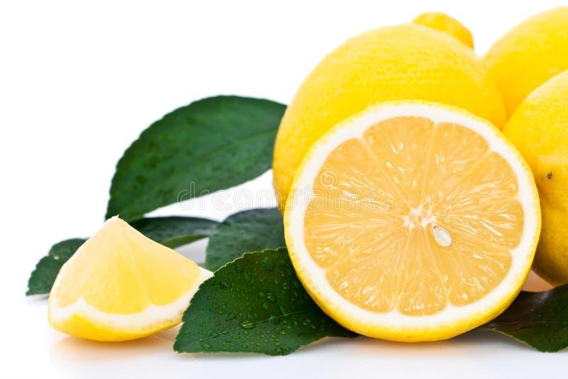 Orange coupée en tranches avec des citrons photos libres de droits
