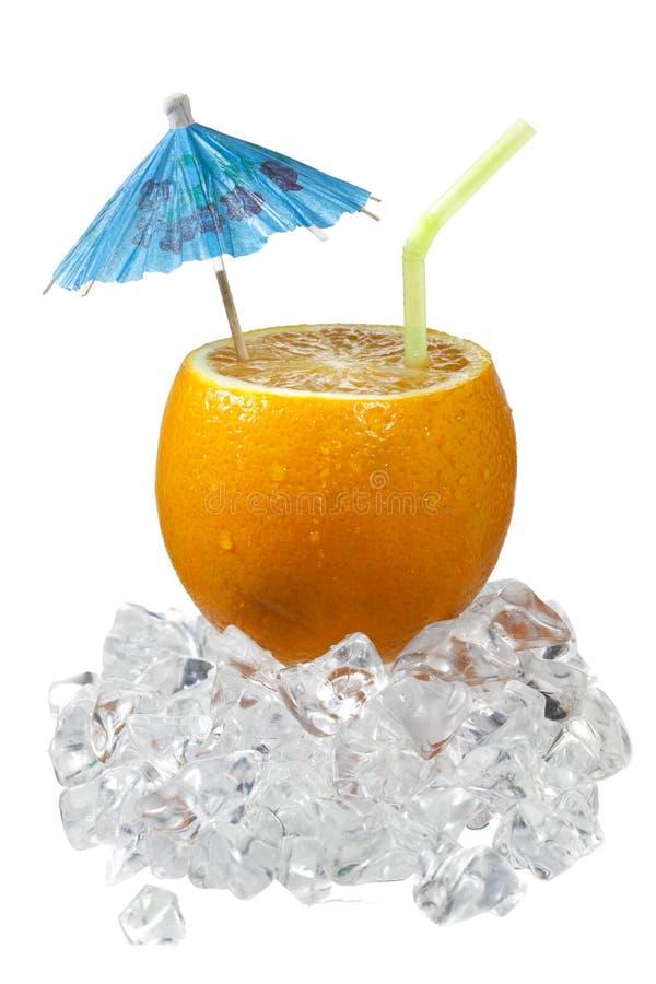 Orange coupée en tranches avec la paille à boire et le parapluie images libres de droits