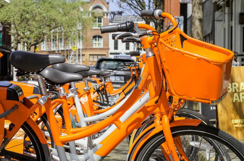 Orange cykelhyror i staden arkivbilder
