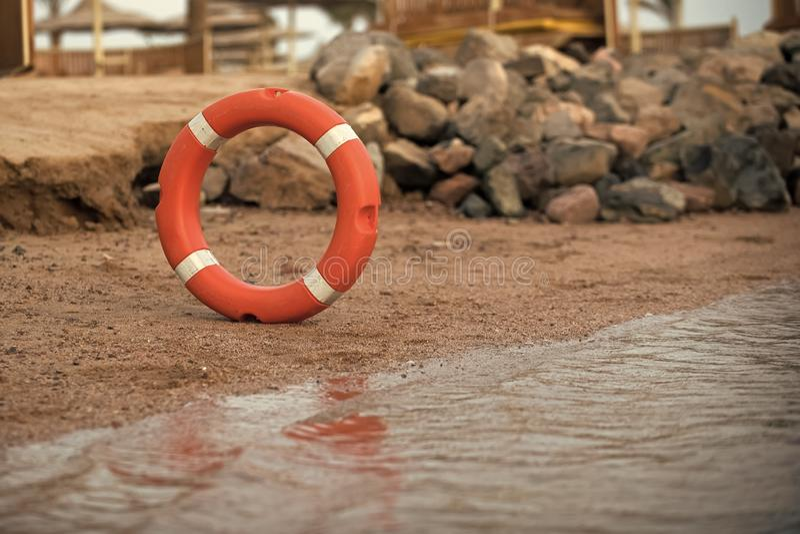 Orange d'anneau de vie et protection blanche d'épargnant sur l'eau photos stock