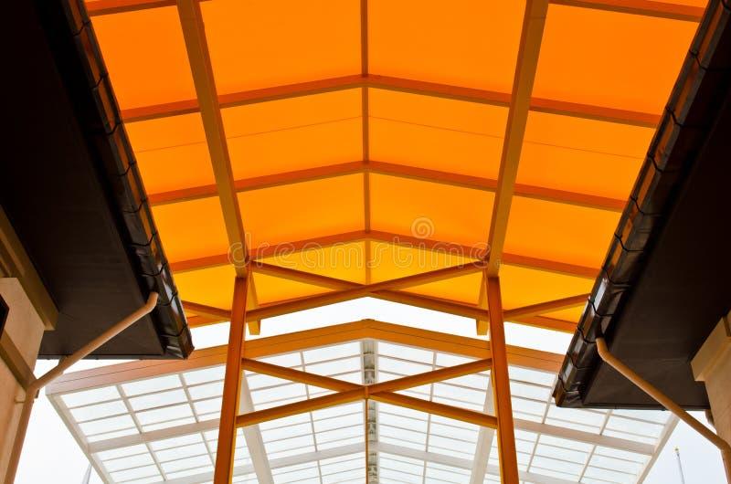 Orange Dach- und Stahlkonstruktion lizenzfreies stockbild