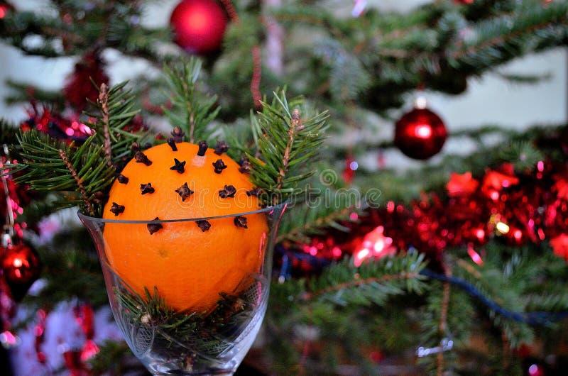 Orange de Noël décorée des clous de girofle et des pins photo stock