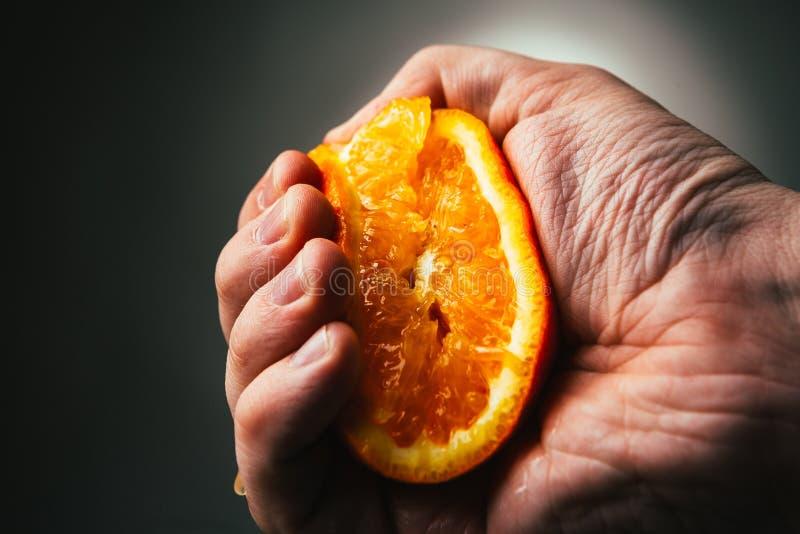 Orange dramatiska åtstramningar för man Conceptis tröttade från arbete royaltyfri fotografi