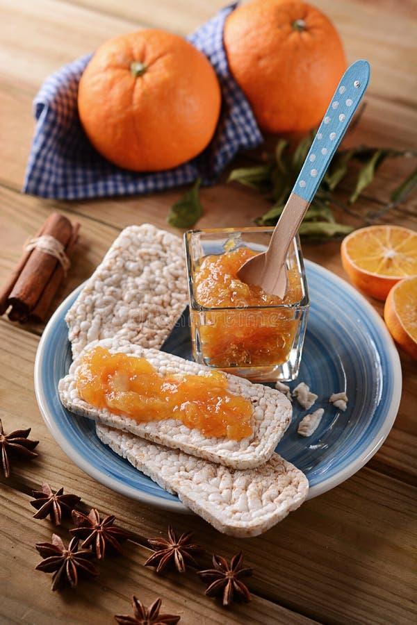 Orange driftstopp med smällaren pusta ris arkivbild