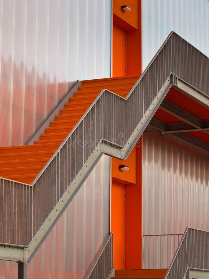 Orange Entweichentreppen stockfoto
