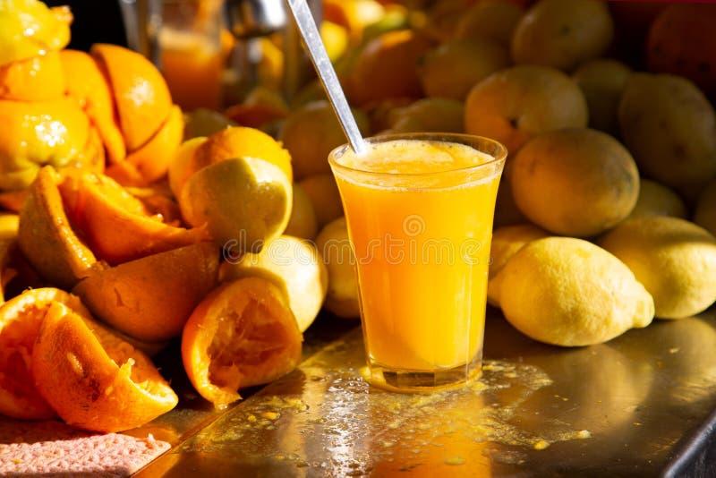 Orange et jus de citron frais faits maison organiques images stock