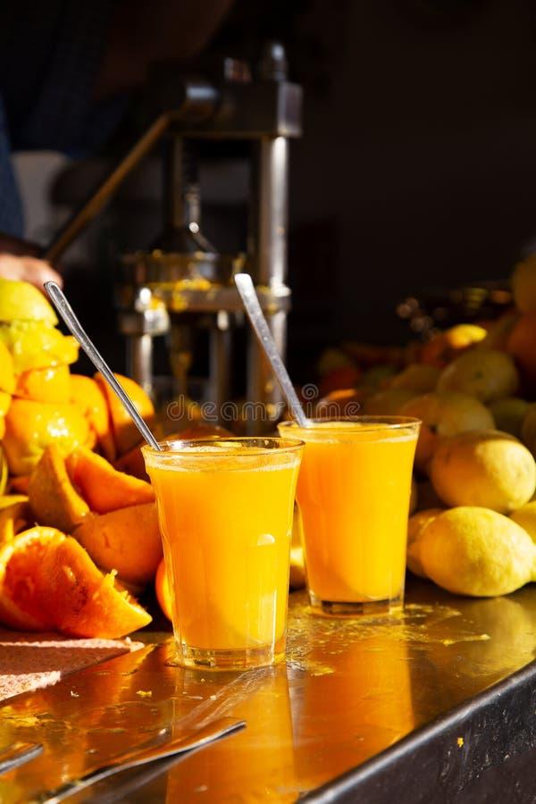 Orange et jus de citron frais faits maison organiques photos libres de droits