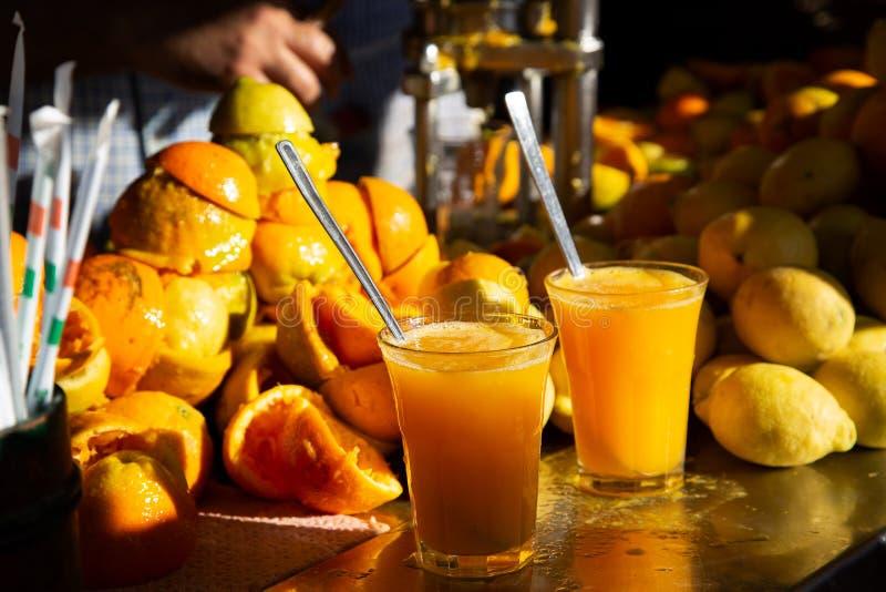 Orange et jus de citron frais faits maison organiques images libres de droits