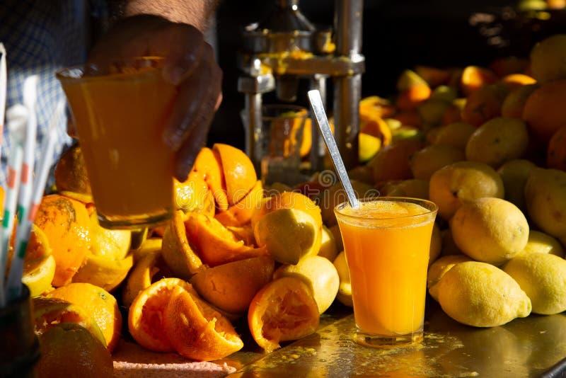 Orange et jus de citron frais faits maison organiques photo stock