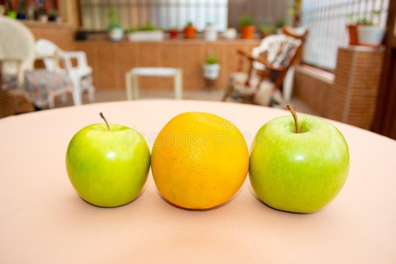 Orange et pommes images libres de droits