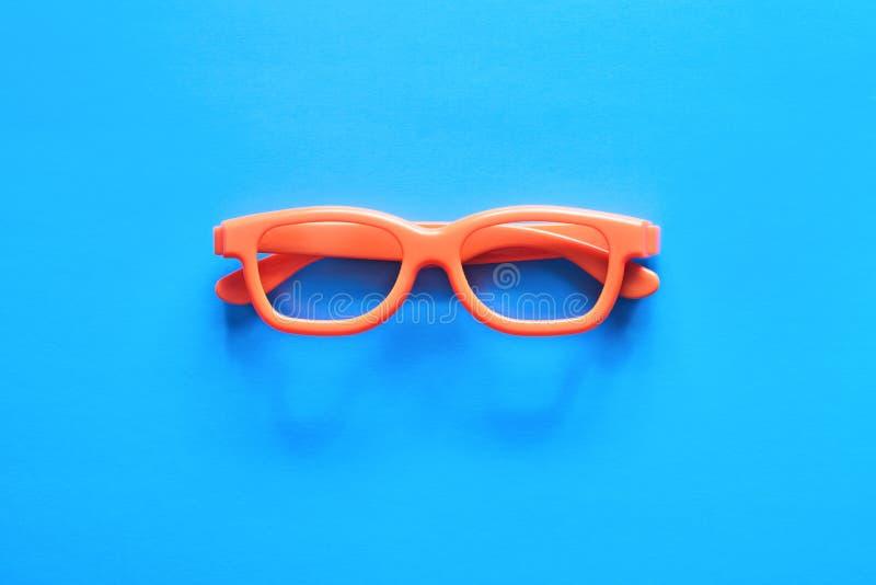 Orange exponeringsglas på en blå bakgrund arkivfoto