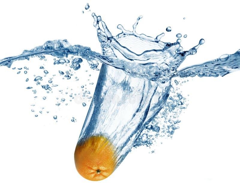 Orange fällt tief unter Wasser lizenzfreies stockbild
