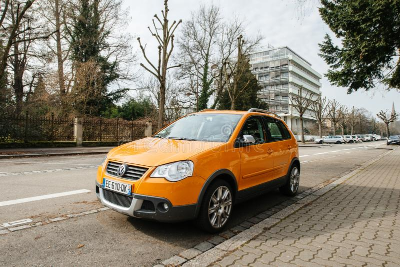 Orange Farbe des neuen sch?nen Volkswagen-Kreuz-Polo lizenzfreie stockfotografie