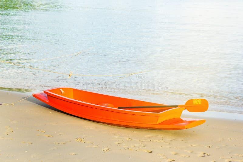 Orange fartyg på sandstranden royaltyfria foton