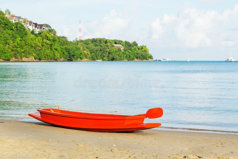 Orange fartyg på sandstranden royaltyfri foto