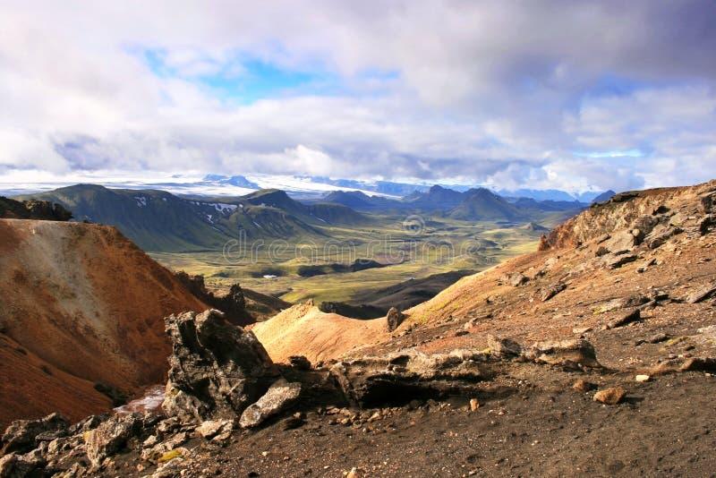 Orange Felsen, grünes Tal, Hügel und Gletscher in Nationalpark Landmannalaugar, Island lizenzfreies stockfoto