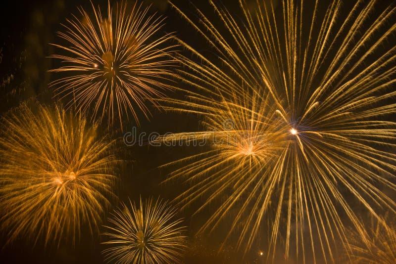 Orange Feuerwerke im nächtlichen Himmel stockbilder