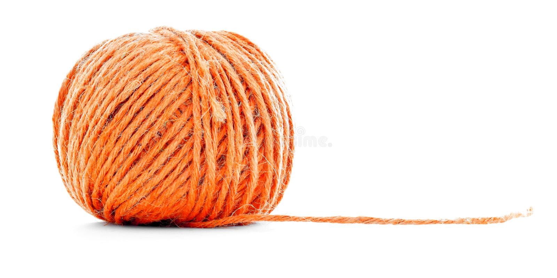 Orange fiberclew som syr garnbollen som isoleras på vit bakgrund arkivfoton