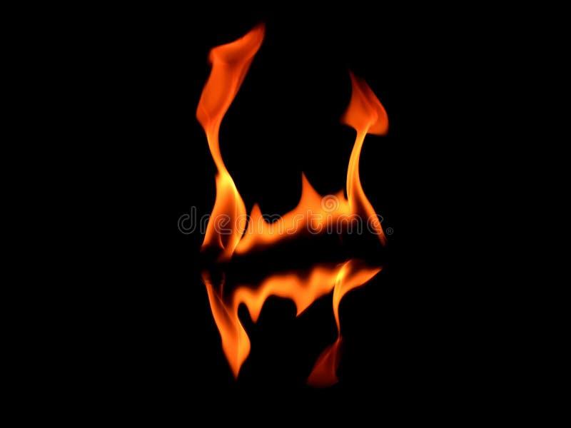 Orange flammor i spegelreflexion vektor illustrationer