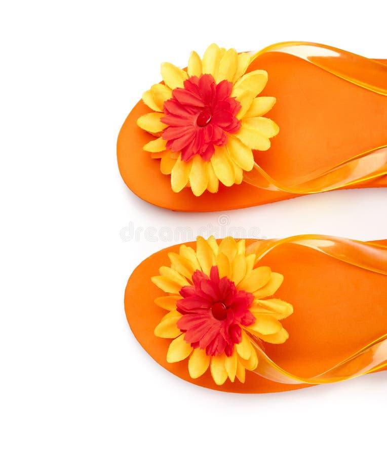 Orange Flipflops mit Blumen lizenzfreies stockfoto