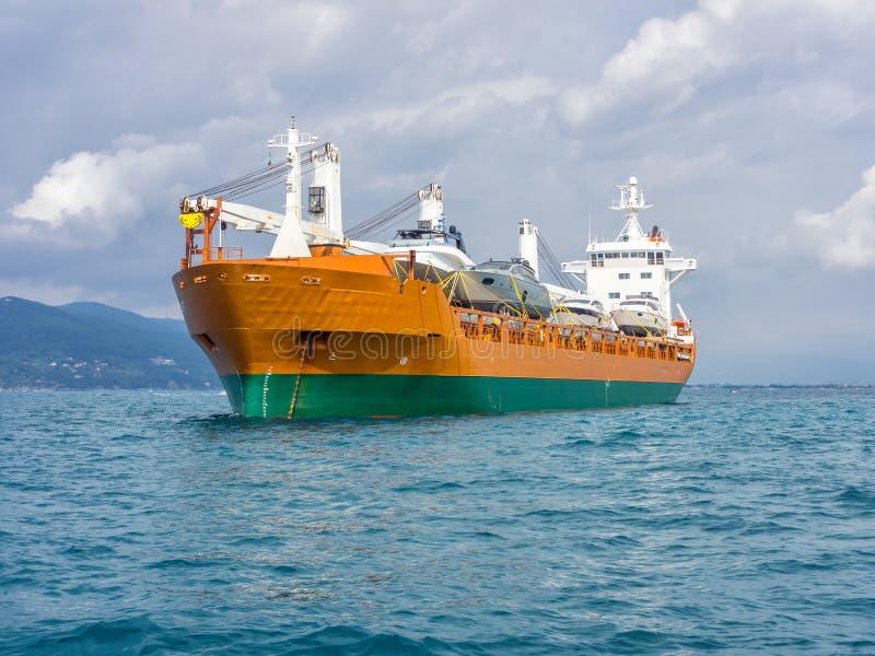 Orange Frachtschiff stockfotografie