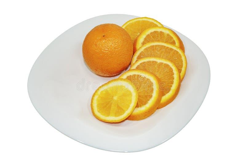 Orange Frucht und orange Segmente lokalisiert auf weißer Platte ?ber Wei? lizenzfreies stockbild