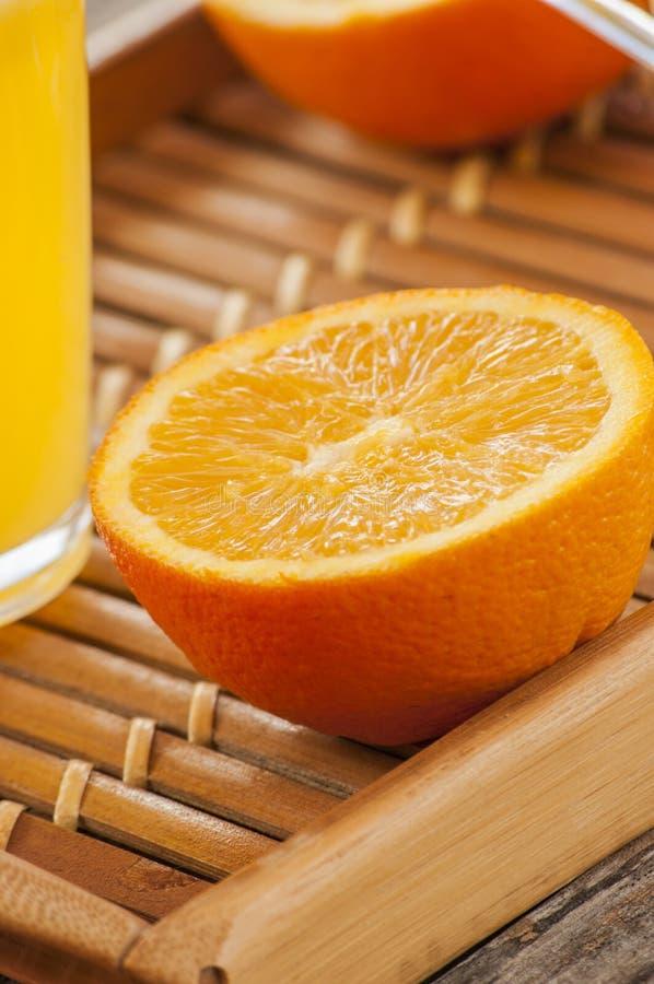 Orange Fruchtscheibe auf hölzernem Brett stockfotos